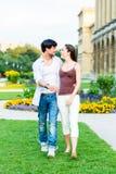 Couples de touristes dans la marche de ville Images stock