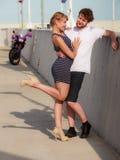 Couples de touristes dans la marina avec la moto Image libre de droits