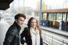 Couples de touristes dans la ville Photographie stock