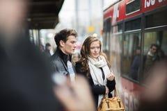 Couples de touristes dans la ville Image stock