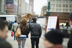 Couples de touristes dans la ville Photos stock