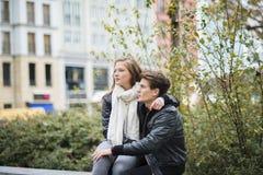 Couples de touristes dans la ville Photo libre de droits