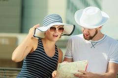 Couples de touristes dans la ville recherchant des directions sur la carte Image libre de droits