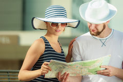 Couples de touristes dans la ville recherchant des directions sur la carte Photos libres de droits