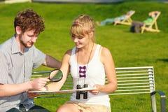 Couples de touristes dans la ville recherchant des directions sur la carte Photo stock