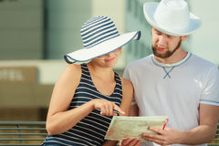 Couples de touristes dans la ville recherchant des directions sur la carte Images stock