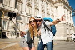 Couples de touristes de beaux amis visitant l'Espagne dans l'échange d'étudiants de vacances prenant la photo de selfie Photo stock