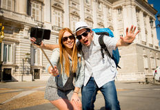 Couples de touristes de beaux amis visitant l'Espagne dans l'échange d'étudiants de vacances prenant la photo de selfie Photographie stock