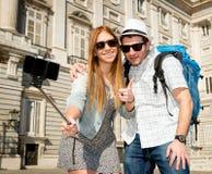 Couples de touristes de beaux amis visitant l'Espagne dans l'échange d'étudiants de vacances prenant la photo de selfie Photographie stock libre de droits