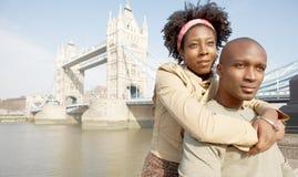 Couples de touristes en portrait de Londres. Images stock