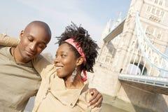 Couples de touristes en portrait de Londres. Image stock