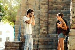 Couples de touristes explorant la ville Images stock