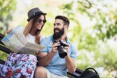 Couples de touristes heureux en parc Photo libre de droits