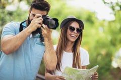 Couples de touristes heureux en parc Images libres de droits