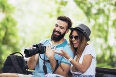 Couples de touristes heureux en parc Photos stock