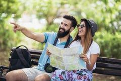 Couples de touristes heureux regardant la carte Photo libre de droits