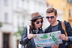 Couples de touristes heureux voyageant en vacances dans le sourire de l'Europe heureux Couples caucasiens Images libres de droits