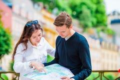 Couples de touristes heureux voyageant en vacances dans le sourire de l'Europe heureux Couples caucasiens Images stock