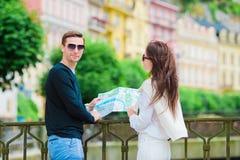 Couples de touristes heureux voyageant en vacances dans le sourire de l'Europe heureux Couples caucasiens Photo stock