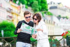 Couples de touristes heureux voyageant en vacances dans le sourire de l'Europe heureux Couples caucasiens Image libre de droits