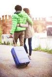 Couples de touristes marchant dans la ville avec le suitecase Photo stock