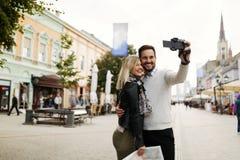 Couples de touristes prenant des selfies pendant le coucher du soleil Images stock