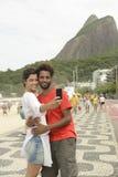 Couples de touristes prenant un autoportrait en Rio de Janeiro Image libre de droits