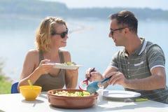Couples de touristes de restaurant mangeant au restaurant extérieur Photo stock