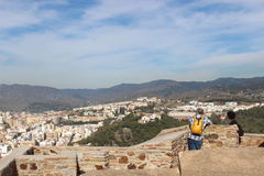Couples de touristes supérieurs appréciant la vue de Gibralfaro à Malaga Photos libres de droits