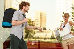 Couples de touristes voyageant ensemble ayant l'amusement Image stock