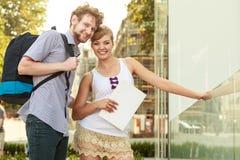Couples de touristes voyageant ensemble ayant l'amusement Photos stock