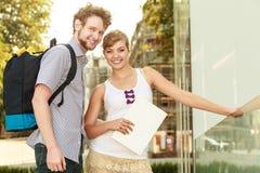 Couples de touristes voyageant ensemble ayant l'amusement Images libres de droits