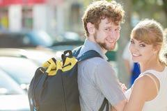 Couples de touristes voyageant ensemble ayant l'amusement Image libre de droits