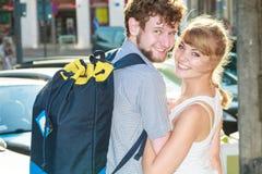 Couples de touristes voyageant ensemble ayant l'amusement Photo libre de droits