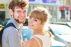 Couples de touristes voyageant ensemble ayant l'amusement Photographie stock