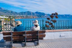 Couples de touristes - vue panoramique de Nerja l'espagne Photographie stock