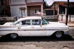 Couples de transport de mariage de voiture classique Image stock