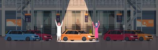 Couples de vendeur arabe présentant la nouvelle voiture dans la salle d'exposition de centre de concessionnaire au-dessus de l'en Images libres de droits