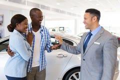 Couples de vendeur de voiture photographie stock