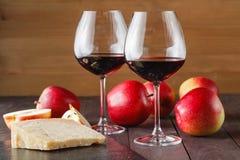 Couples de verre et de fromage de vin rouge sur le fond d'ardoise Photo libre de droits