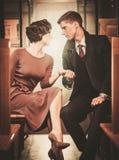 Couples de vintage dans le rétro car de train Image libre de droits
