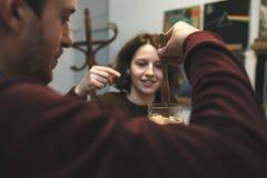 Couples de vintage préparant le café avec le fabricant de café de vide Café photos libres de droits