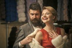 Couples de VIP Couples dans l'amour parmi le manteau de fourrure, luxe Photos libres de droits