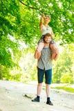 Couples de voyage ayant l'amusement extérieur Images libres de droits
