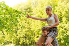 Couples de voyage ayant l'amusement extérieur Photos stock