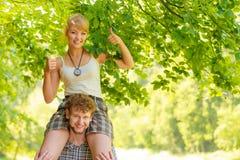 Couples de voyage ayant l'amusement extérieur Photo libre de droits