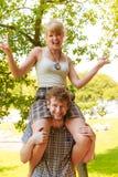 Couples de voyage ayant l'amusement extérieur Image stock