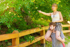 Couples de voyage ayant l'amusement extérieur Photographie stock libre de droits