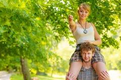 Couples de voyage ayant l'amusement extérieur Images stock
