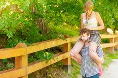 Couples de voyage ayant l'amusement extérieur Photo stock